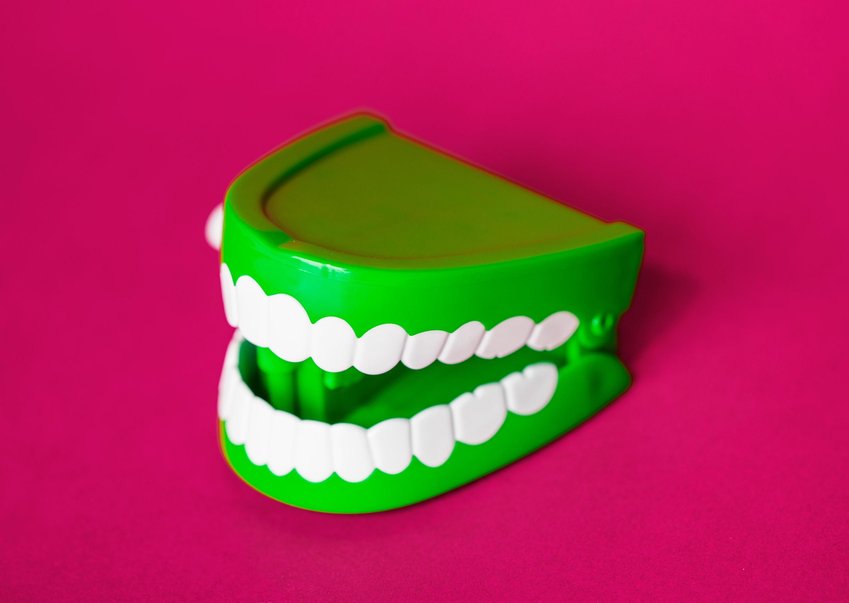Jakie protezy zębowe wybrać: stałe czy ruchome?